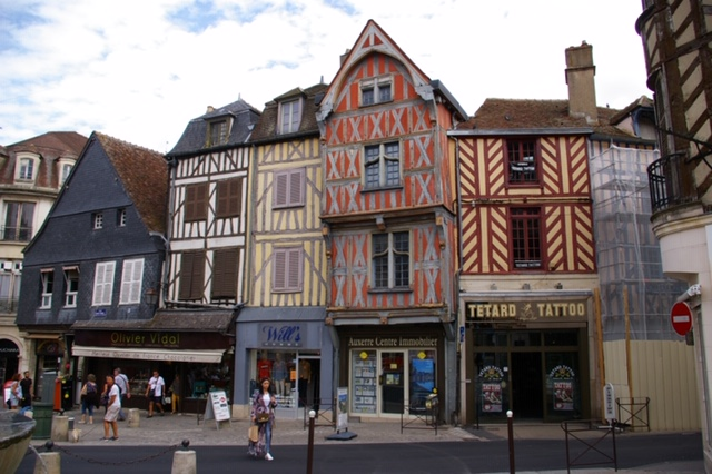 Auxerre medieval houses.JPG