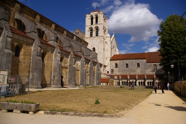Basilique de Vezelay side view.JPG