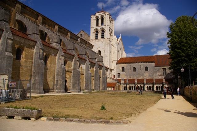 Basilique de Vezelay side view.JPG